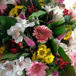 Как сделать букет из свежих цветов своими руками?