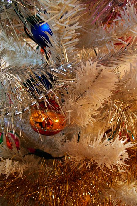 искусственная новогодняя ёлка, белые бумажные иголки