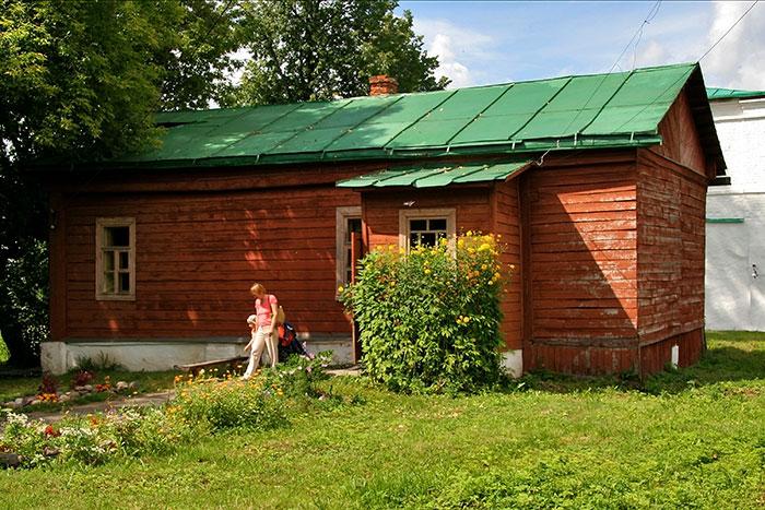 окно с деревянными рамами в загородном доме