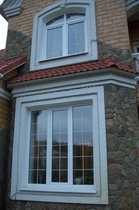 пластиковые окна в загородном доме, пластиковые окна со вставками, пластиковые окна разной формы, пластиковые окна как элемент декора