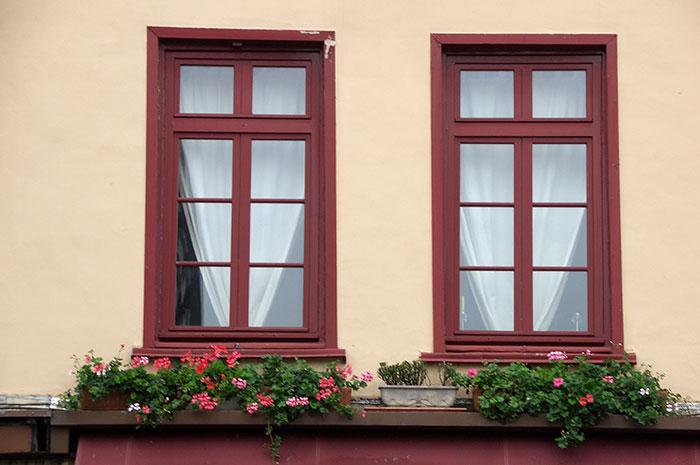 окна в загородном доме, деревянные блоки с одинарными стеклопакетами в загородном доме, окна как элемент декора в загородном доме