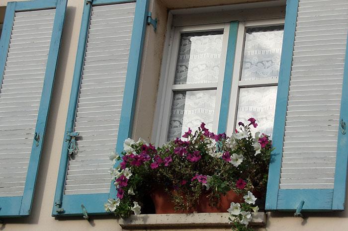 окна в загородном доме, ставни на окнах