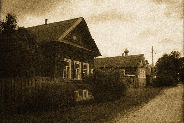 деревянные рамы в загородном доме, деревянные рамы с форточками, белые деревянные рамы