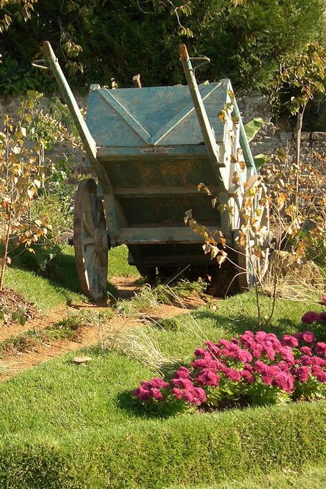 старая телега на участке, телега как элемент садового дизайна