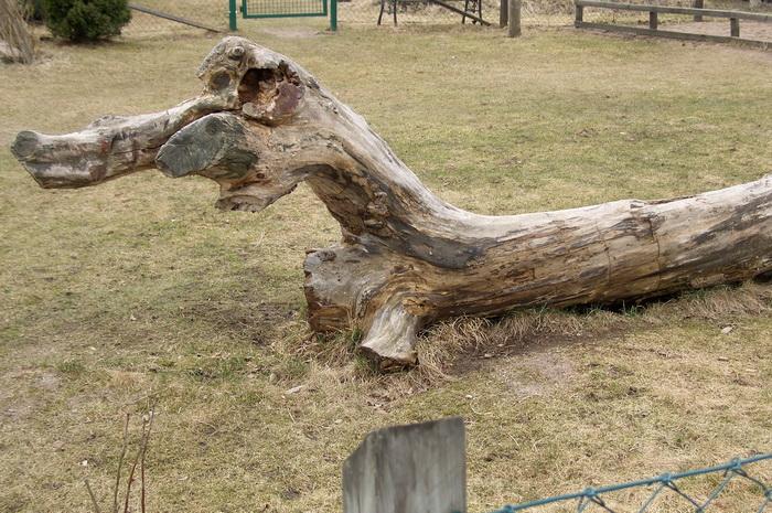 забавное бревно на детской площадке, скамейка из бревна, забавное бревно