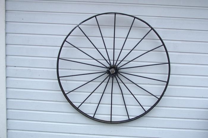 как украсить сарай, колесо от телеги для украшения стены сарая