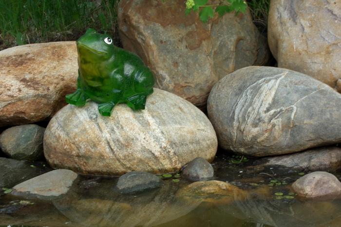 лягушка-фонарь на солнечной батарее, лягушка-фонарь возле декоративного бассейна