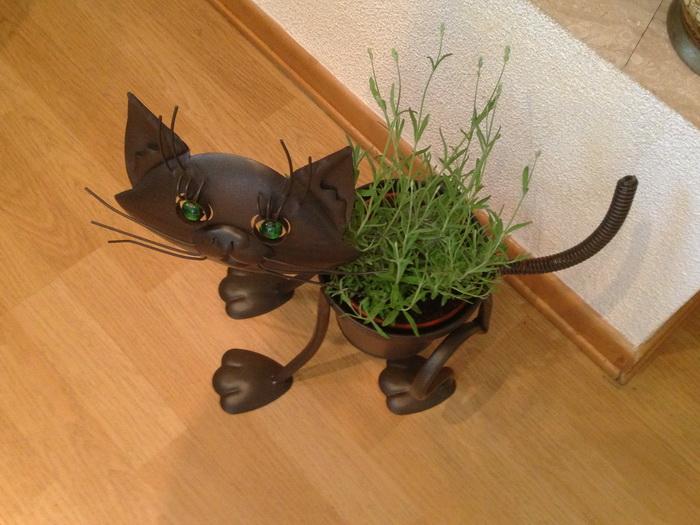 кошка-кашпо из металла, забавное кашпо