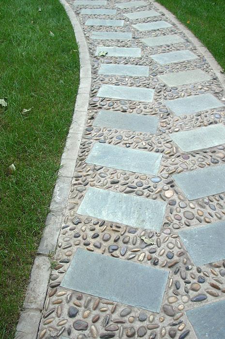 садовая дорожка из тротуарной плитки и гальки, бетонное основание для садовой дорожки, галька на дорожке