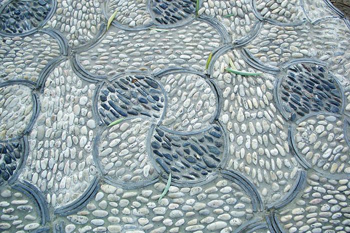 садовая дорожка, ковровый узор садовой дорожки, садовая дорожка с узором из камней