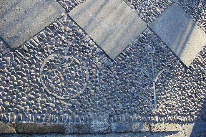 садовая дорожка из камней на бетонном основании, садовая дорожка с камнями и плитками, узор из камней на садовой дорожке, идея рисунка на садовой дорожке